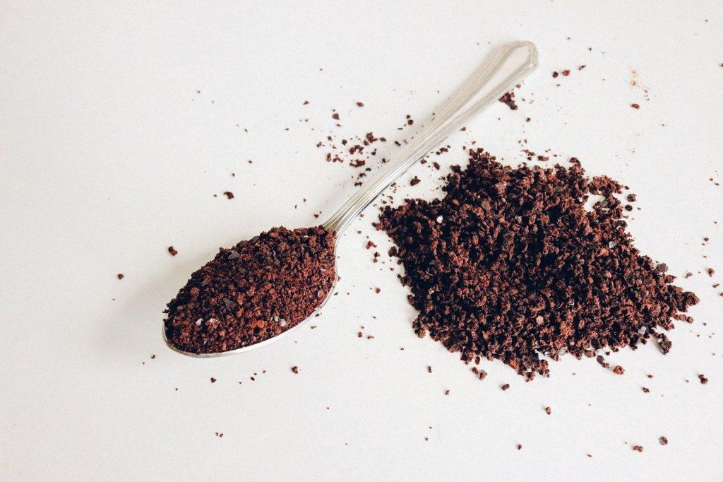 スプーンにコーヒー粉がのっている写真