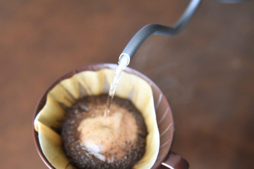 山善のケトルでドリップコーヒーを淹れている写真