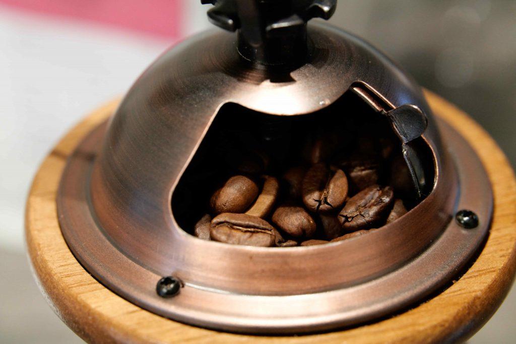 ミルに入れたコーヒー豆