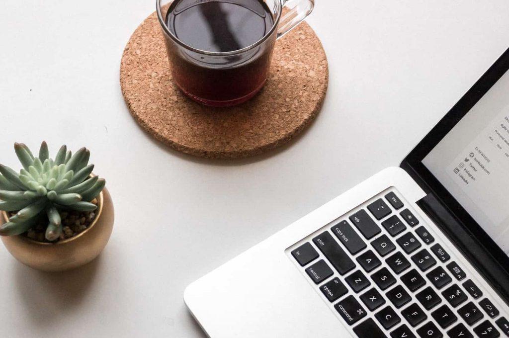 パソコンとコーヒー