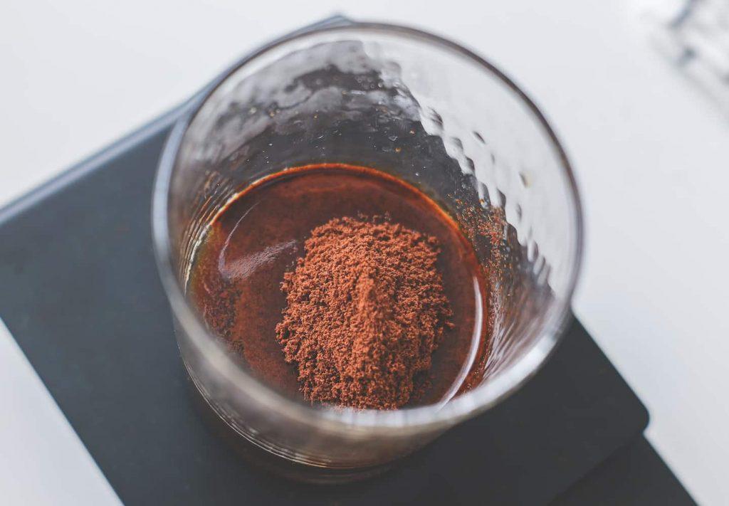インスタントコーヒーをお湯で溶かす
