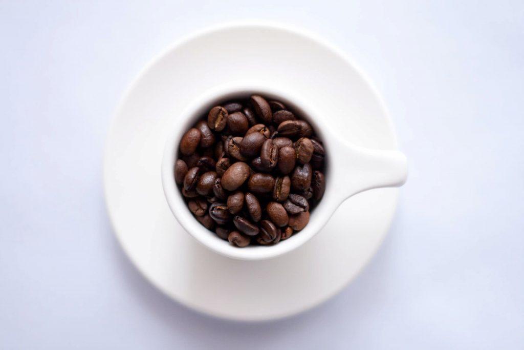 カップに入れたコーヒー豆