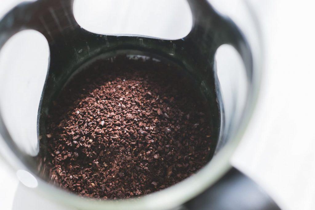 フレンチプレスコーヒー粉をセット