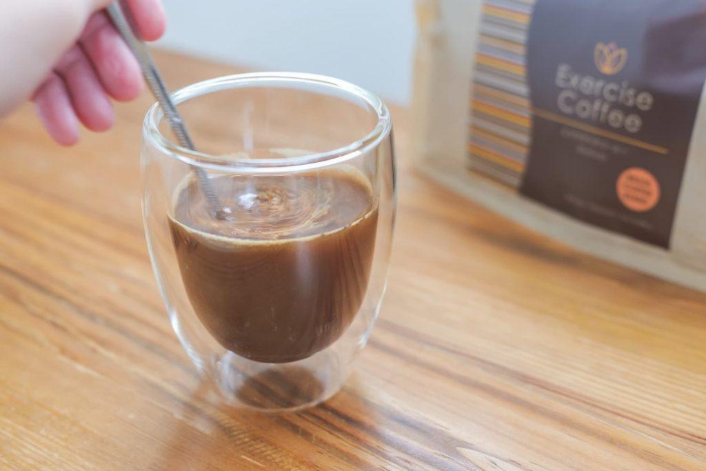 エクササイズコーヒーを混ぜる