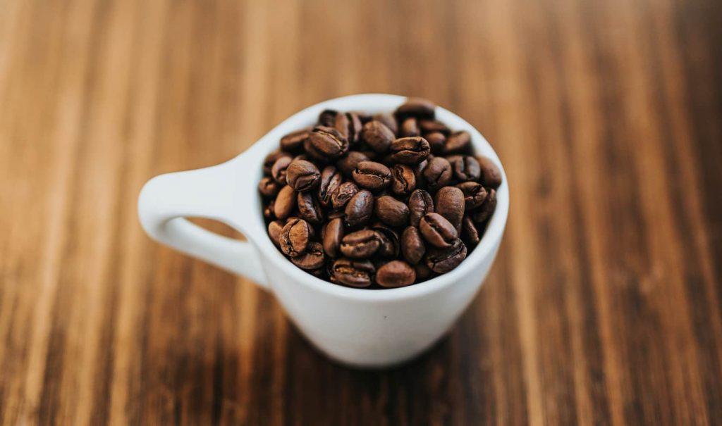 カップに入っているコーヒー豆