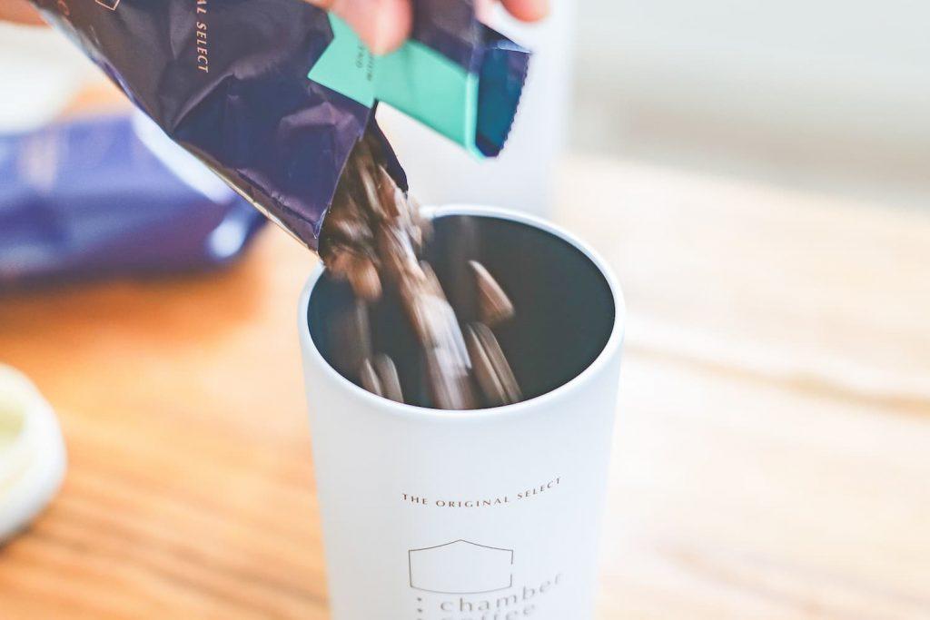 チャンバーコーヒーをオリジナル保存缶に移す