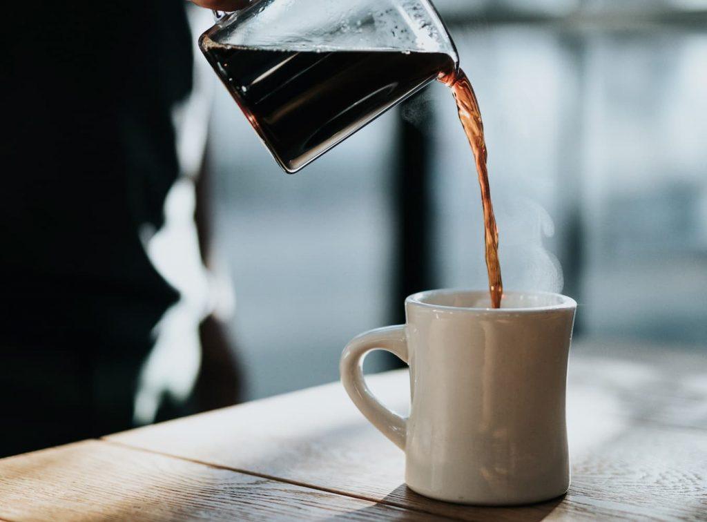 ホットコーヒーを注ぐ