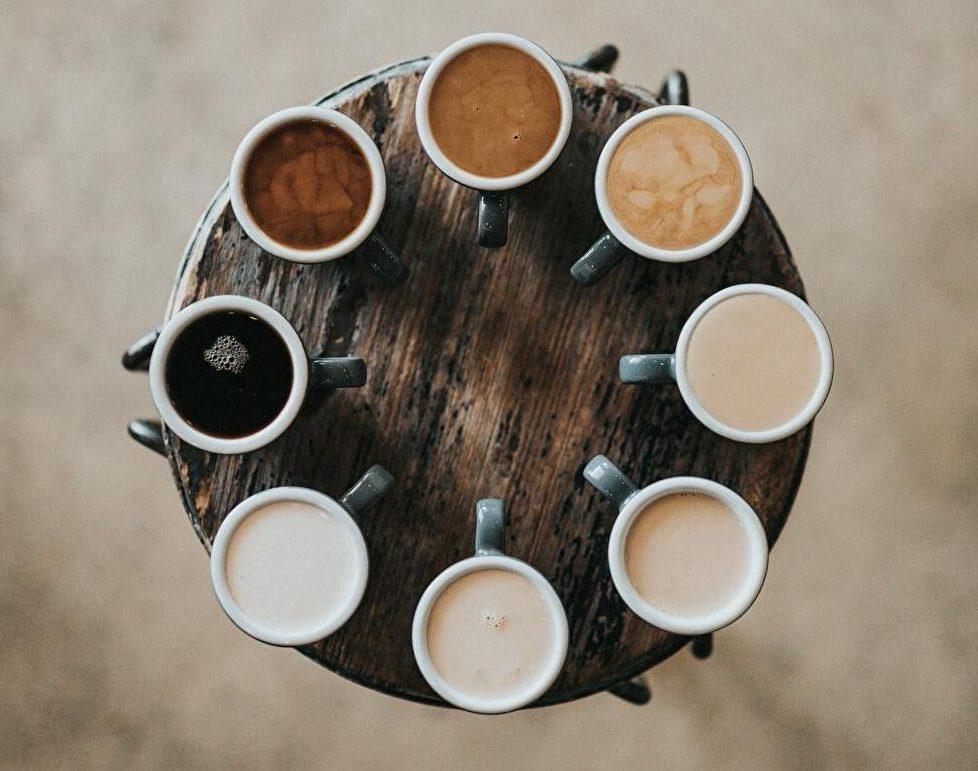 色んなコーヒーを円形に並べた写真